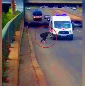 Devojka rizikovala život da spase mače sa autoputa! (VIDEO)
